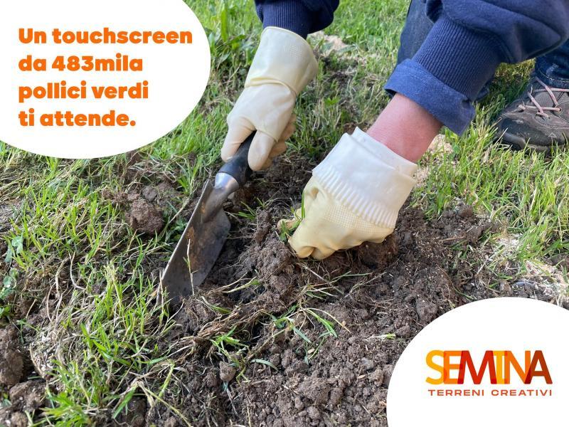 mani che scavano il terreno