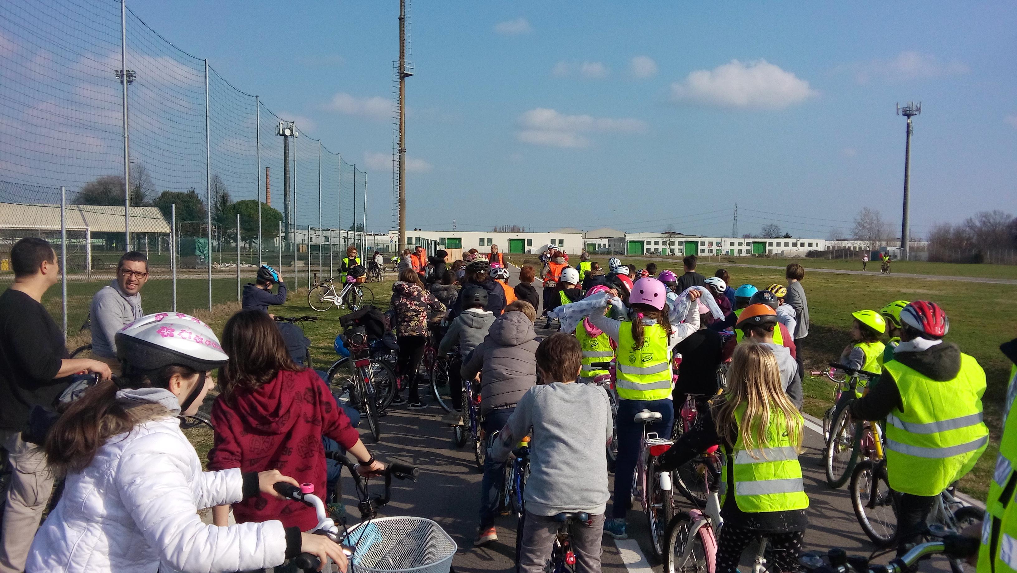 Bambini in bicicletta percorrono il tratto casa-scuola