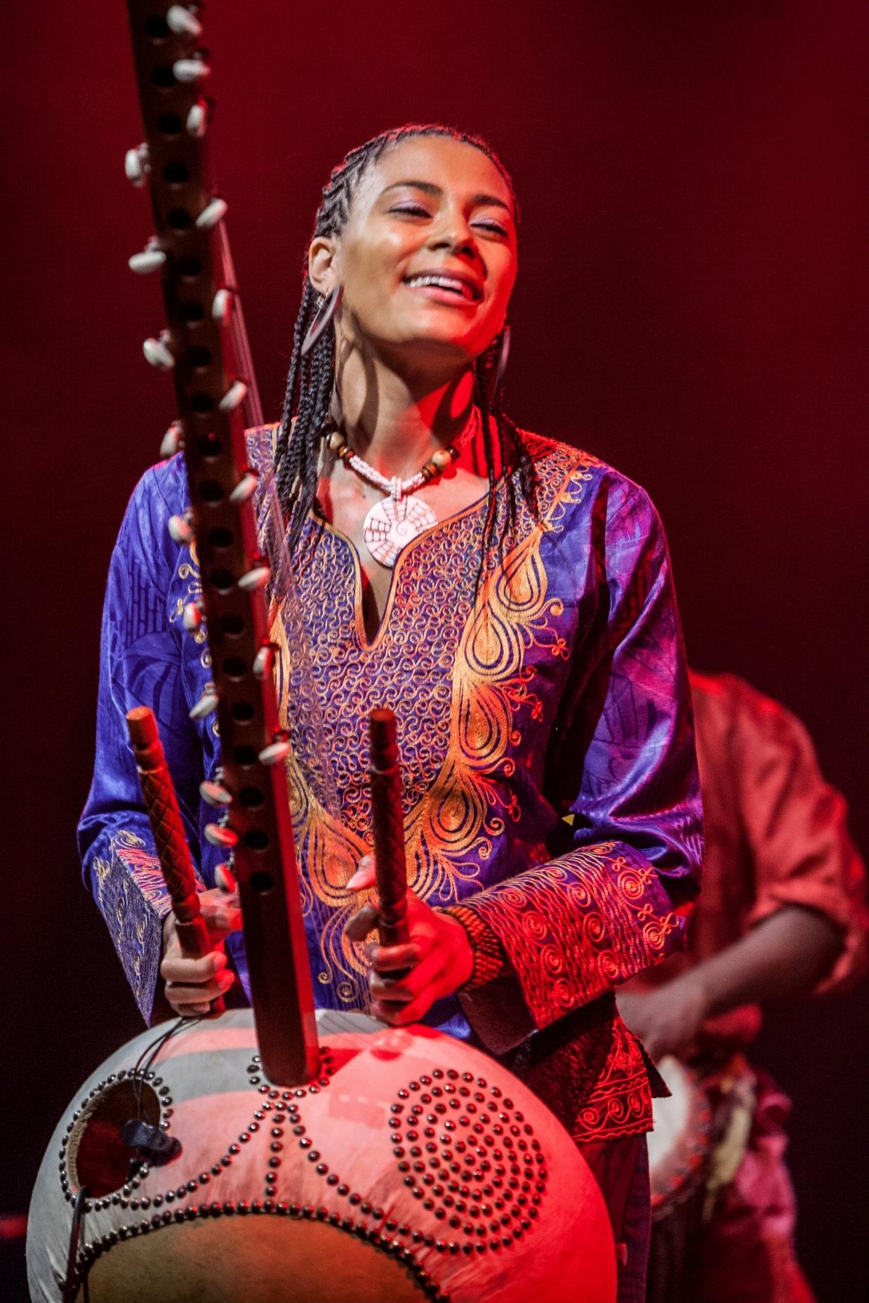 Sona Jobarteh mentre suona in concerto