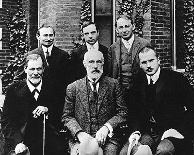 foto con Sigmund Freud, Stanley Hall, C.G.Jung. Fila dietro,da sinistra a destra: Abraham A. Brill, Ernest Jones, Sándor Ferencz