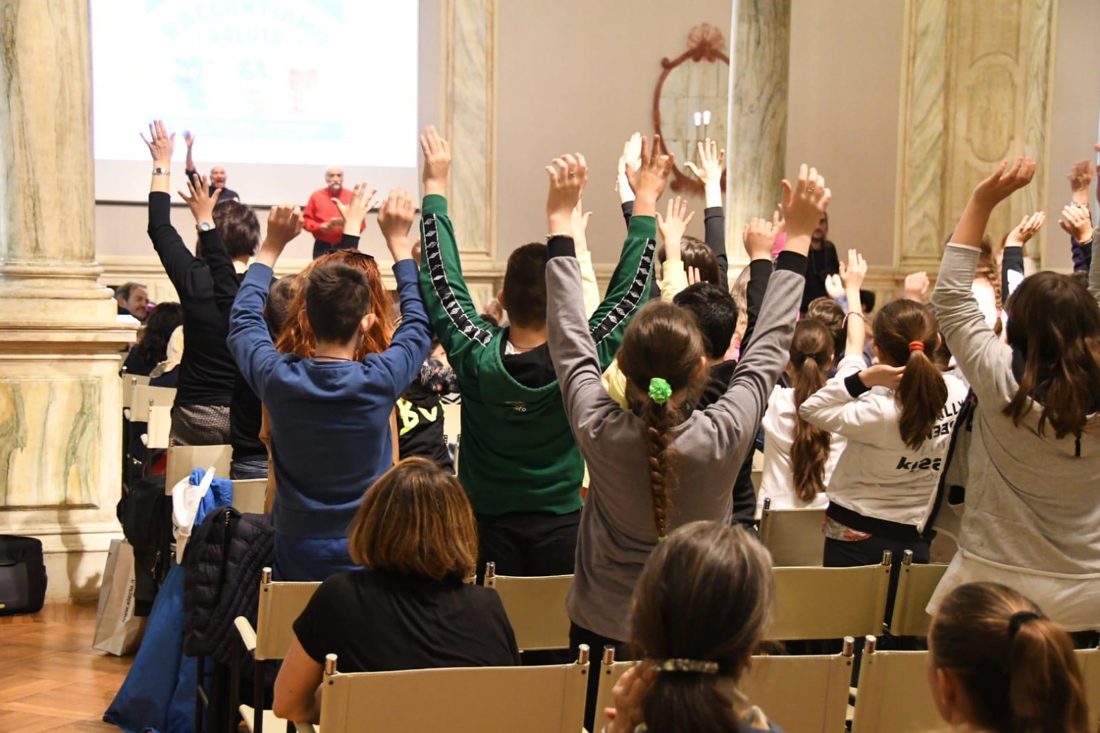 bambini con le braccia alzate