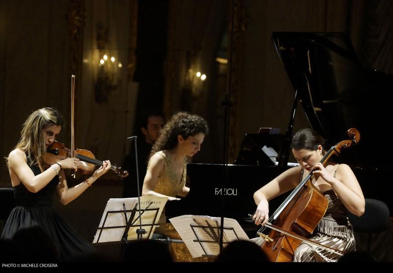 La violinista Emma Parmigiani, la violoncellista Ludovica Rana e la pianista Maddalena Giacopuzzi