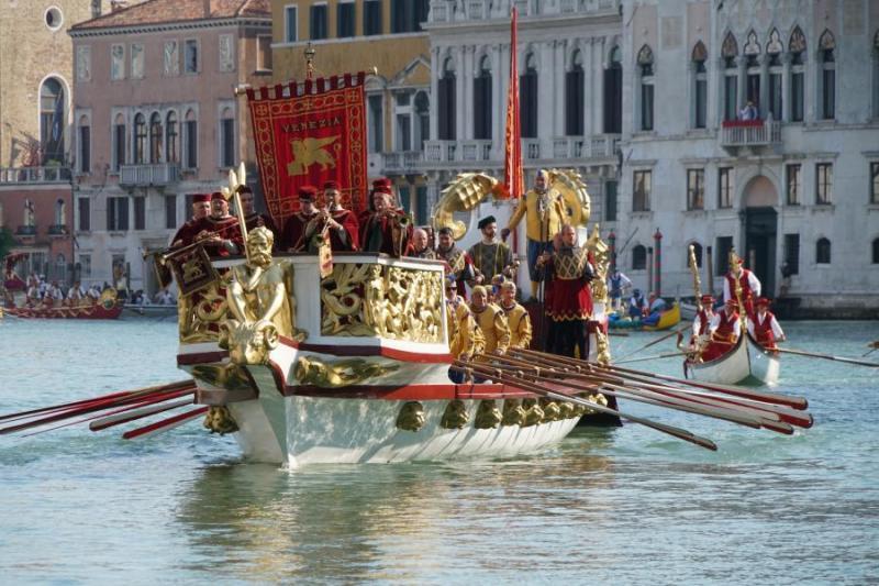 Imbarcazione corteo storico