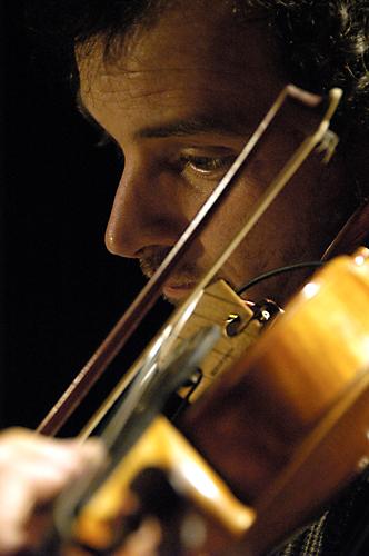 Primo piano di Paolo Botti alla viola