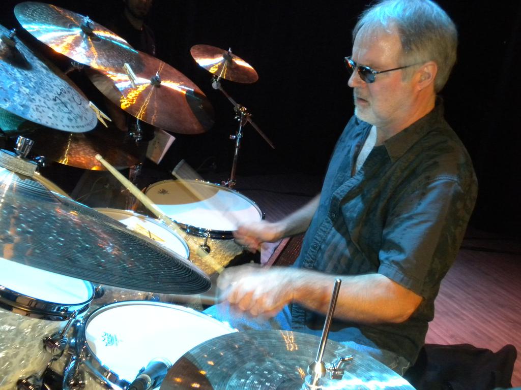 Paul Wertico alla batteria durante un concerto