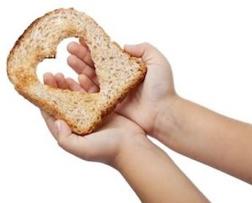 mani che tengono un pane