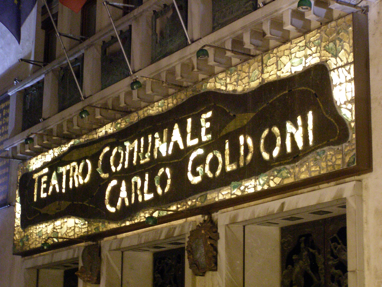 Particolare della facciata con la scritta Teatro comunale Carlo Goldoni