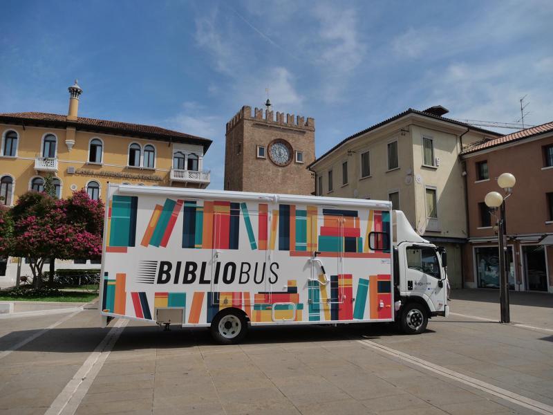 Il Bibliobus in piazza Ferretto sotto la Torre Civica