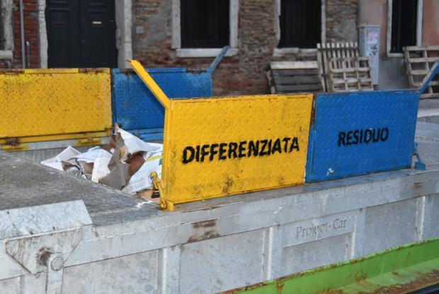 barca Veritas per raccolta differenziata dei rifiuti