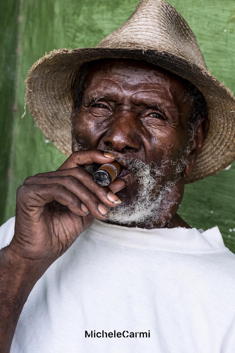 Cubano che fuma un sigaro. Foto di Michele Carmi