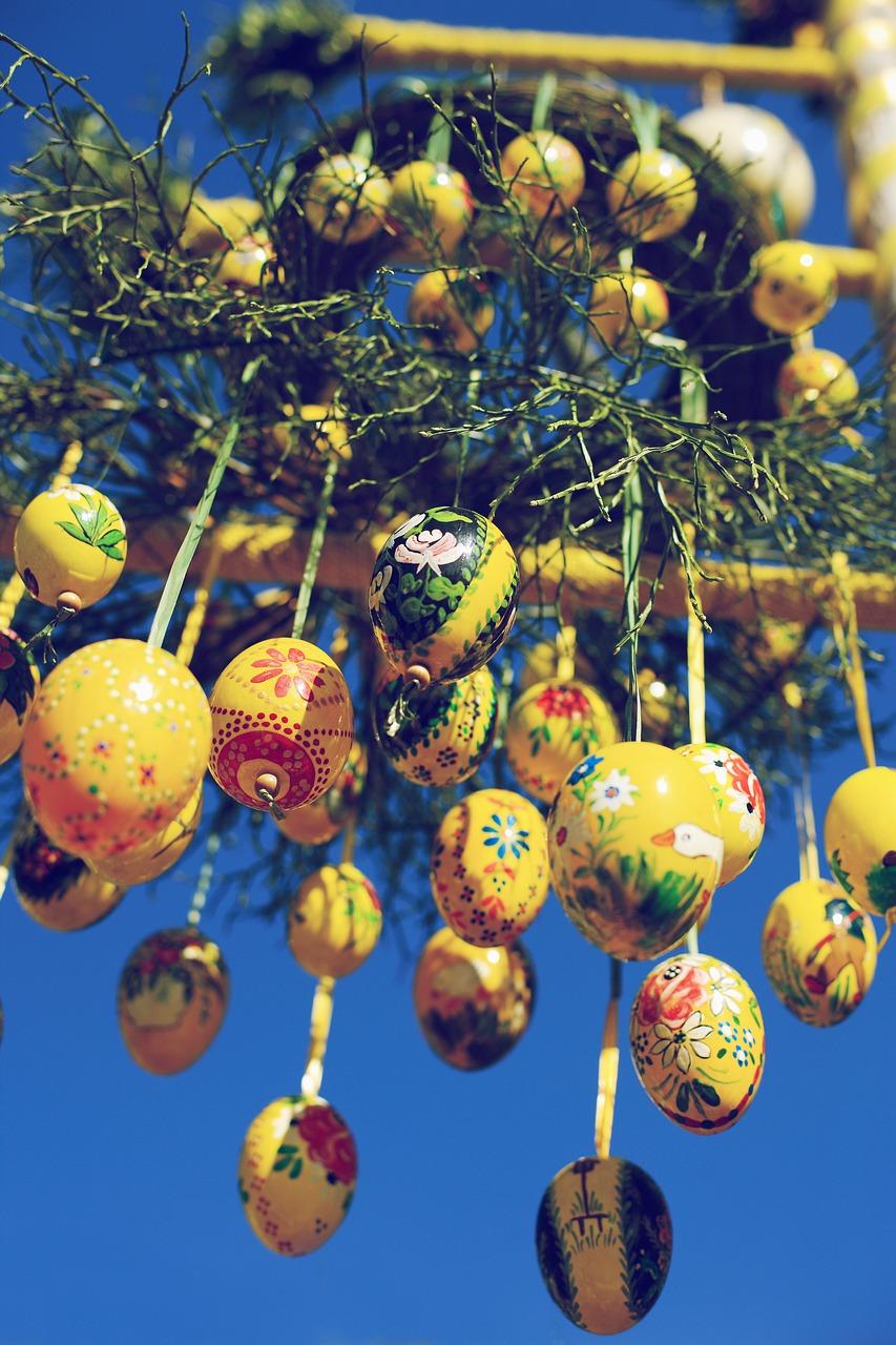 ramo con uova colorate