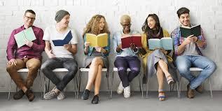 persone che leggono