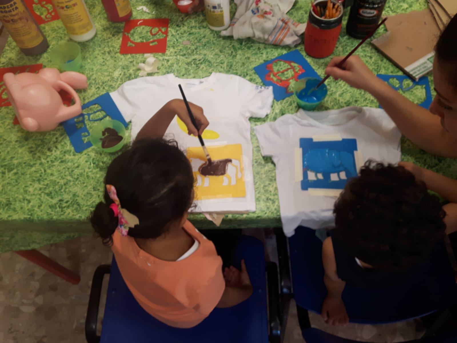 bambini che colorano