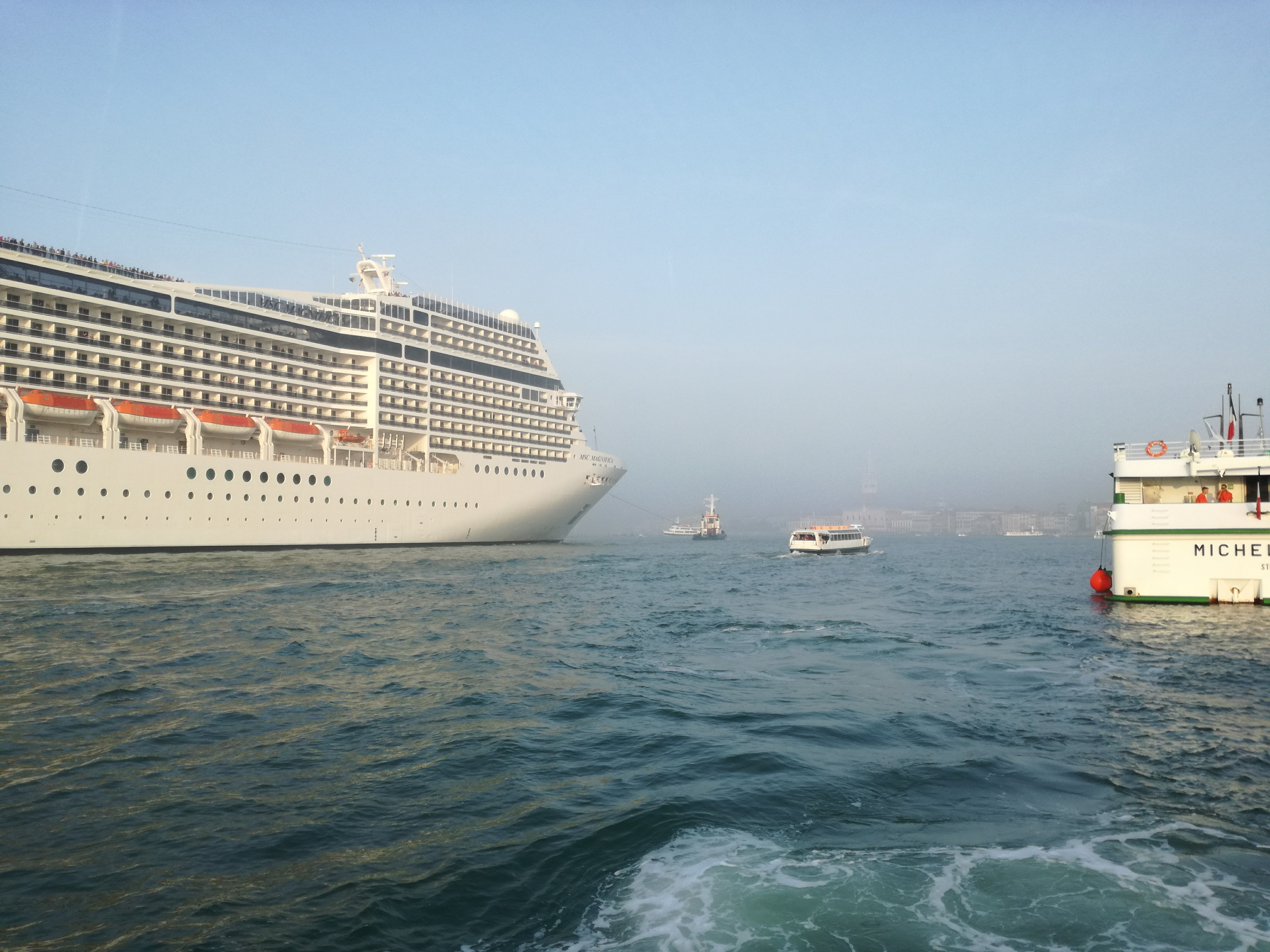 immagine di una nave in bacino