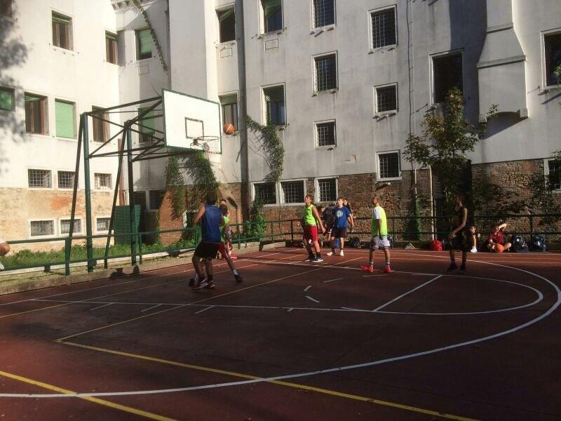 Piastra all'aperto per il basket