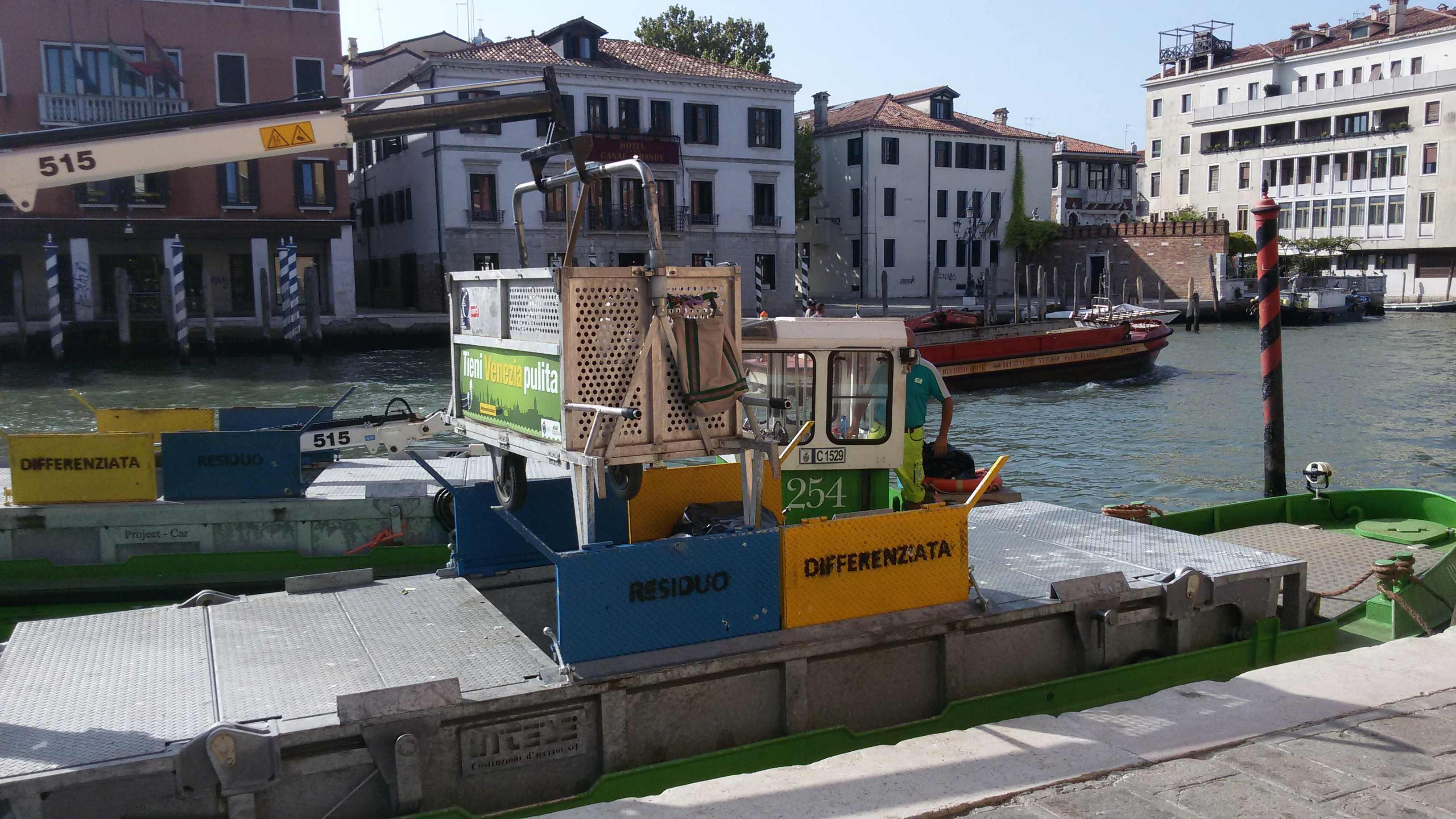 immagine della raccolta rifiuri a Venezia