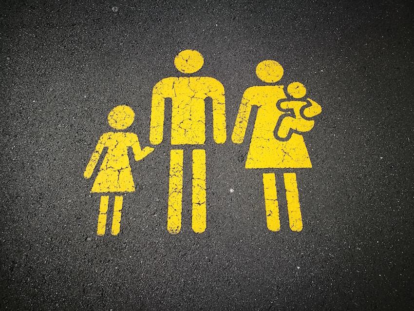 disegno di una famiglia sull'asfalto