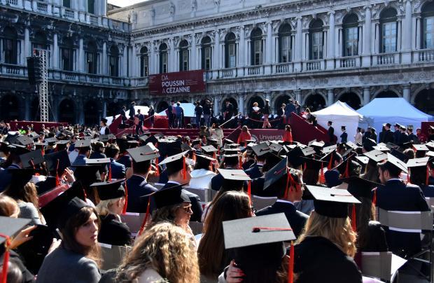 Calendario Lauree Ca Foscari.La Consigliera Visentin Al Giorno Della Laurea In Piazza San