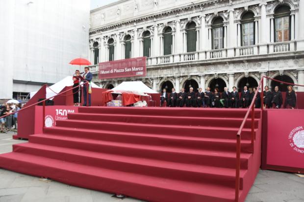 Calendario Lauree Ca Foscari.L Assessore De Martin Alla Festa Delle Lauree In Piazza San